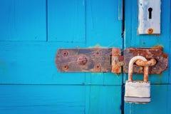 有挂锁的生锈的门窗等之搭扣 免版税库存照片