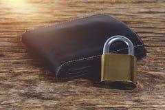 有挂锁的钱包在木桌上 库存照片