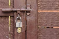 有挂锁的门闩 库存照片