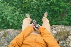 有指南针的探险家人 免版税图库摄影