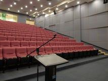 有指挥台或讲台的空的观众席 免版税库存图片