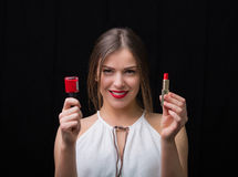 有指甲油和一支红色唇膏的妇女 库存照片
