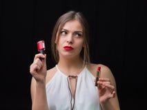 有指甲油和一支红色唇膏的妇女 库存图片