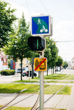 有指示的电车轨道动臂信号机对骑自行车的人在都市绿色的城市 免版税库存图片