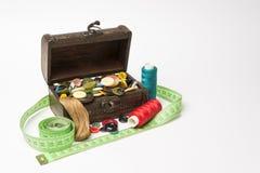 有按钮和螺纹的小木箱 免版税图库摄影