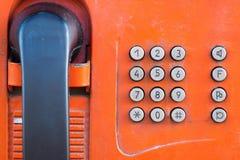 有按钮特写镜头的片段老投币式公用电话 免版税库存图片