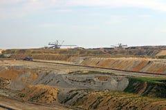 有挖掘机和机械风景的煤矿 免版税库存照片