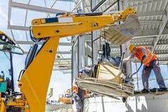 有挖掘机的移动的力量修平刀机器在一个新的工作站点 免版税库存图片