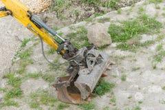 有挖掘机铁锹的挖掘机在建造场所 免版税库存照片