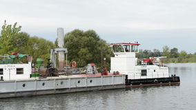 有挖泥机的工业驳船河建筑工作的 Havel河 影视素材