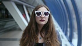 有挥动的太阳镜的女孩使用和 股票视频