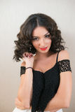 有挥动黑的卷发的美丽的年轻深色的妇女 免版税库存图片