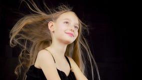 有振翼的头发的逗人喜爱的女孩 股票录像