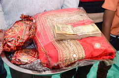 有捆绑的妇女莎丽服印度卢比 免版税库存图片