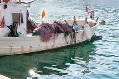 有捕鱼网的小渔船 免版税库存图片