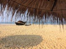 有捕鱼网的老小船在一个沙滩 印度 goa 库存照片