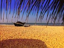 有捕鱼网的老小船在一个沙滩 印度 goa 图库摄影