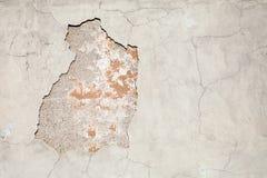 有损伤和镇压的老被风化的混凝土墙 免版税库存图片