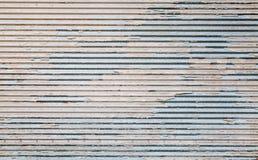 有损坏的油漆层数的脏的金属墙壁 库存图片