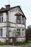 有损坏的膏药门面的老房子 免版税图库摄影