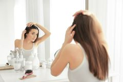 有掉头发问题的少妇在前面 免版税库存图片