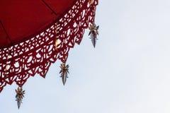 有排列的伞和天空 免版税库存图片