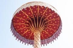 有排列的伞金子,泰国的艺术, Wat Phra那hariphunchai南奔泰国 免版税库存图片