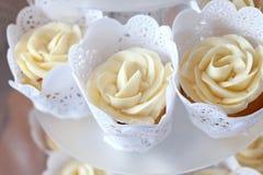 有排列的可口香草杯形蛋糕 图库摄影