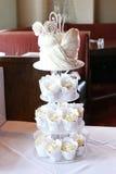 有排列的婚姻的杯子蛋糕 库存图片