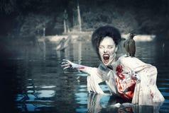 有掠夺的可怕的邪魔在血淋淋的衬衣 图库摄影