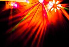 有探照灯明亮的射线的照明设备迪斯科和激光显示 库存图片