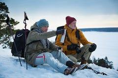 有探索的芬兰两个成熟人在冬天 免版税库存照片