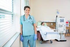 有接受血液透析的患者的护士  免版税图库摄影
