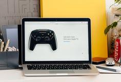有接触酒吧控制杆的新的MacBook赞成视网膜苹果电视的 库存图片