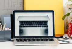 有接触酒吧的新的MacBook赞成视网膜与伴音系统specs 免版税图库摄影