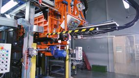 有控制板的自动化的机器在植物车间 股票视频