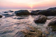 有推出的石头的黑暗的夜海在泰国 免版税库存照片