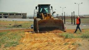有推土机移动的土壤的拖拉机在建造场所 影视素材
