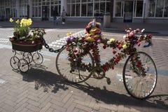 有推车的一辆自行车,装饰用人造花和橡胶鸭子,给纪念品店做广告 免版税库存图片