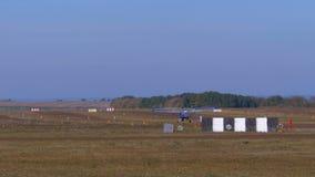 有推进器的小私人飞机在有地面涂层的跑道登陆 股票视频