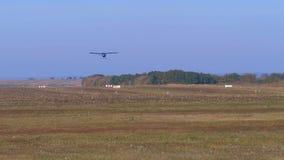 有推进器的小私人飞机飞行在有地面涂层的跑道 股票录像