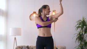 有措施卷尺二头肌的健身妇女 股票视频