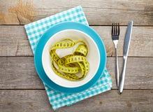 有措施磁带、刀子和叉子的板材 饮食食物 免版税库存照片