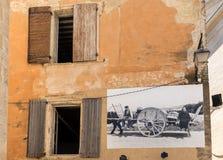 有描述古板的生活的场面广告牌的一个典型的老石房子在戈尔代村庄,横谷,普罗旺斯 库存照片