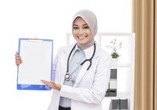 有提出空白的听诊器的美丽的亚裔女性医生 图库摄影