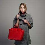 有提包的冬天美丽的妇女 秀丽外套的时尚女孩 免版税库存照片