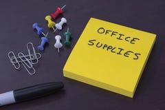 有提示办公用品的稠粘的笔记本 库存图片