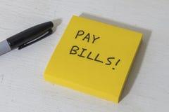 有提示的稠粘的笔记本对付帐 免版税库存照片