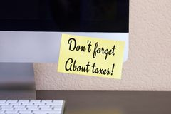 有提示黄色贴纸笔记的现代计算机与文本 图库摄影