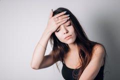 有握在头的坚硬头疼的妇女手在丝毫背景 免版税图库摄影
